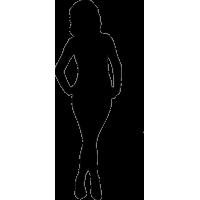 Девушка с руками на поясе и перекрещенными ногами